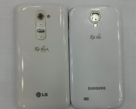 LG G2 sized up against the Samsung Galaxy S4-002
